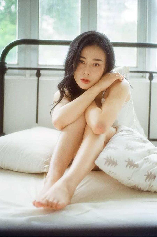 Phương Oanh 'Quỳnh búp bê' tung ảnh giường chiếu nóng bỏng-7