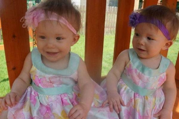 Sau 5 năm, 2 bé gái trong bức ảnh cặp song sinh nắm chặt tay nhau chào đời từng gây bão mạng xã hội giờ đã lớn khôn, có một điểm kỳ lạ khó giải thích nổi-11