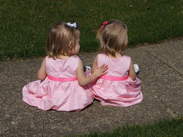 Sau 5 năm, 2 bé gái trong bức ảnh cặp song sinh nắm chặt tay nhau chào đời từng gây bão mạng xã hội giờ đã lớn khôn, có một điểm kỳ lạ khó giải thích nổi-12