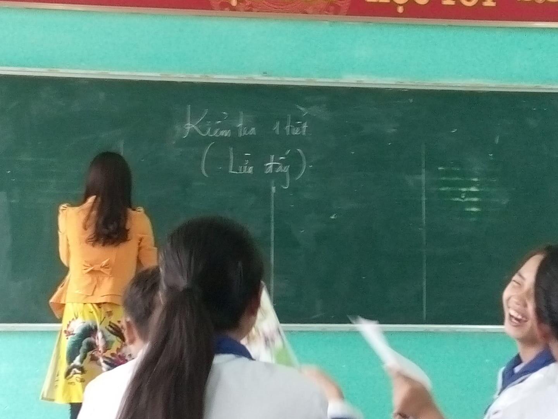Đứng tim vì bất ngờ bị cô giáo bắt kiểm tra một tiết, cái kết hóa ra chỉ là trò đùa ngày Cá tháng Tư-1