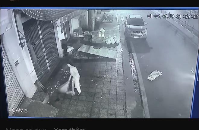Bức xúc hàng xóm thường quét rác sang nhà, cô gái tung clip nhờ dân mạng mách nước-2