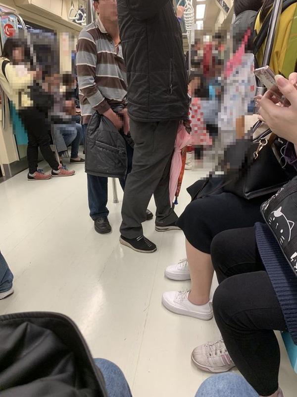 Nhìn thấy người đàn ông tự sướng trên tàu điện, nữ hành khách chụp ảnh nhờ nhân viên can thiệp nhưng lại bị cư dân mạng chỉ trích-1