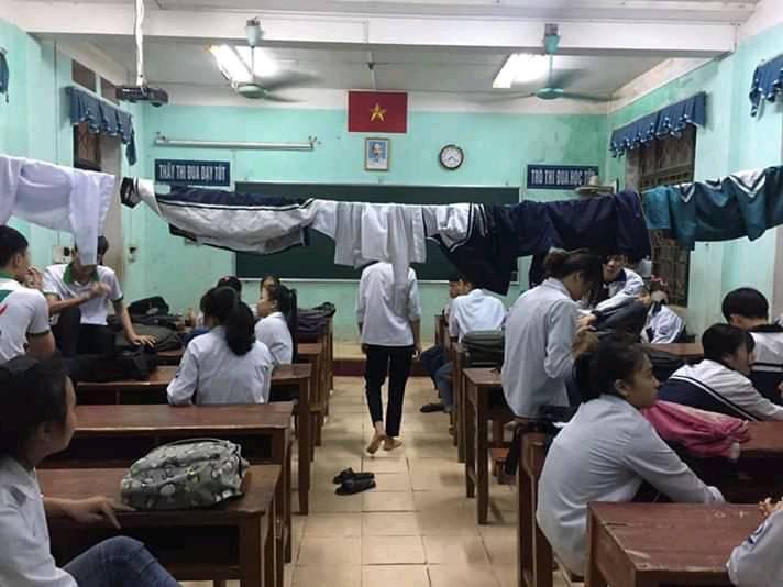 Khổ như học sinh đi học mùa mưa: Quần áo ướt sũng, lớp học biến thành chỗ phơi đồ-1