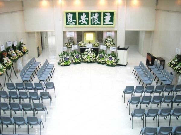 Người đàn ông nghe hai mẹ con than thở tại nhà tang lễ: Không có tiền thì phải làm sao và nói một câu khiến dân mạng động lòng-2