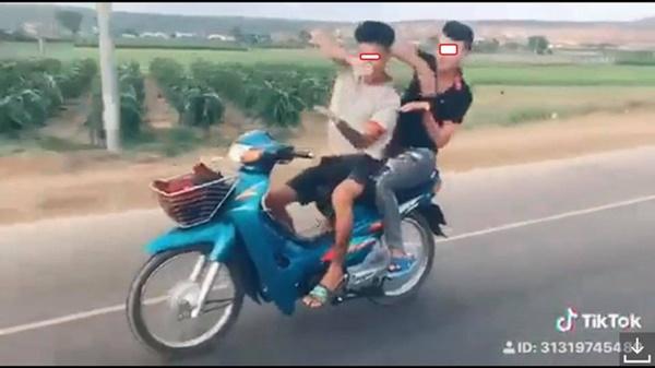 Đi xe máy thả hai tay múa quạt, cặp thanh niên nhận cái kết đầy đau thương-3