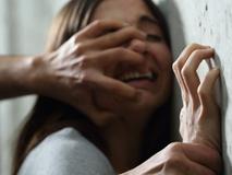 Bé gái 12 tuổi bị 6 gã đàn ông tấn công tình dục ngay trên xe buýt, cảnh sát ráo riết truy tìm danh tính