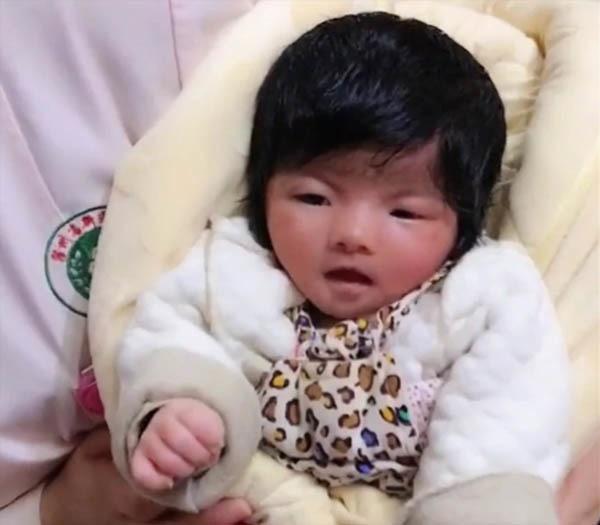 Kỳ lạ bé gái vừa chào đời đã có mái tóc đen rậm như người lớn-2