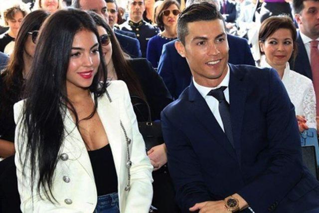 Nghỉ thi đấu do chấn thương, C.Ronaldo tranh thủ làm ông chủ bán bánh-1