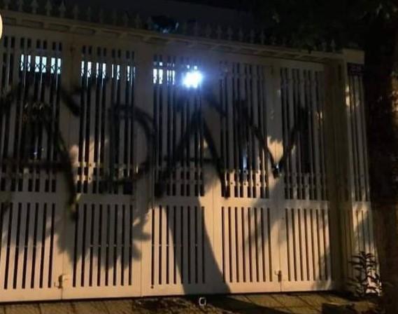 Nhà ông Linh bị khủng bố bằng chất bẩn, xịt sơn sau vụ sàm sỡ bé gái 7 tuổi-1