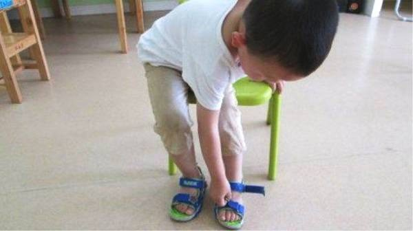 Người mẹ mắng con giữa đường vì suốt ngày mang giày ngược, chuyên gia chỉ ra mẹ có lẽ đã dạy con sai cách-3