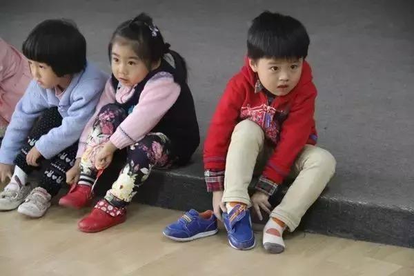 Người mẹ mắng con giữa đường vì suốt ngày mang giày ngược, chuyên gia chỉ ra mẹ có lẽ đã dạy con sai cách-4
