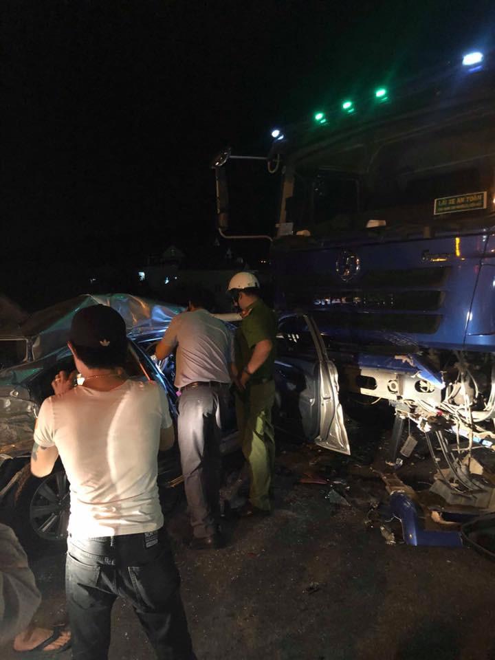 Nóng: 2 người chết, 3 người nguy kịch sau va chạm kinh hoàng giữa ô tô 4 chỗ với xe tải-1
