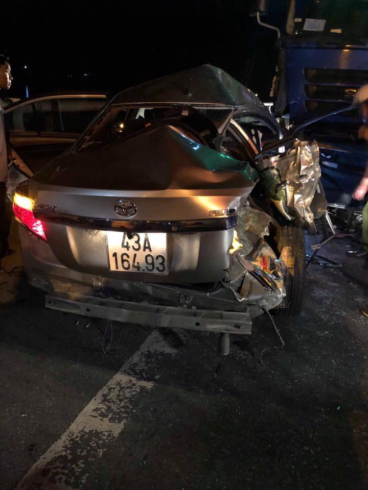 Nóng: 2 người chết, 3 người nguy kịch sau va chạm kinh hoàng giữa ô tô 4 chỗ với xe tải-4