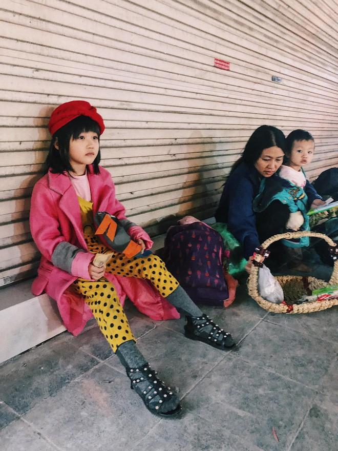 Bất ngờ nổi tiếng sau 1 đêm, bé gái 6 tuổi phối đồ chất ở Hà Nội trở về những ngày lang thang bán hàng rong cùng mẹ-1