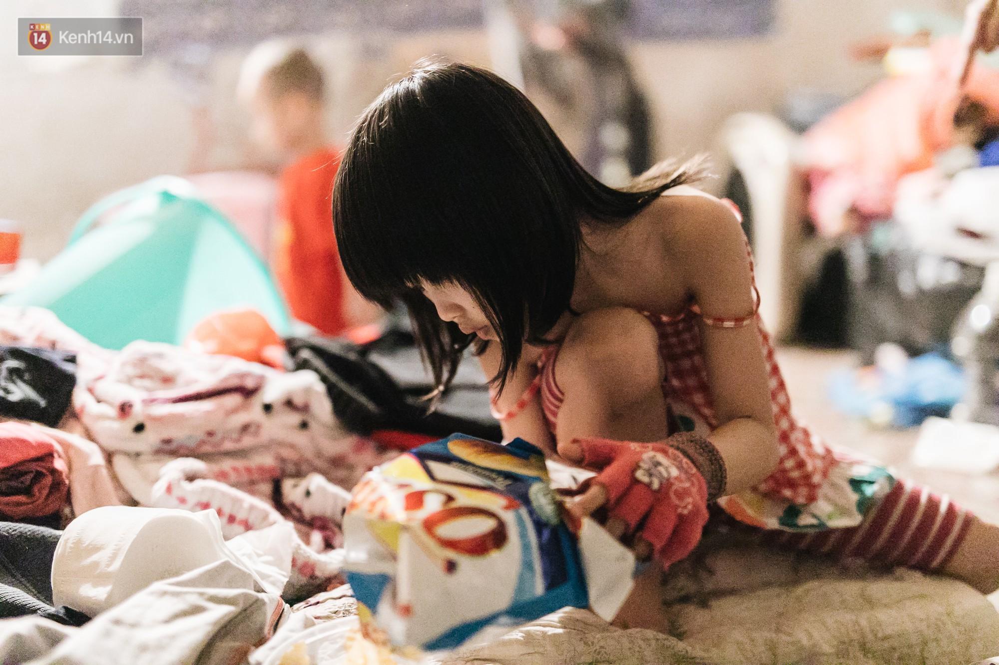 Bất ngờ nổi tiếng sau 1 đêm, bé gái 6 tuổi phối đồ chất ở Hà Nội trở về những ngày lang thang bán hàng rong cùng mẹ-2