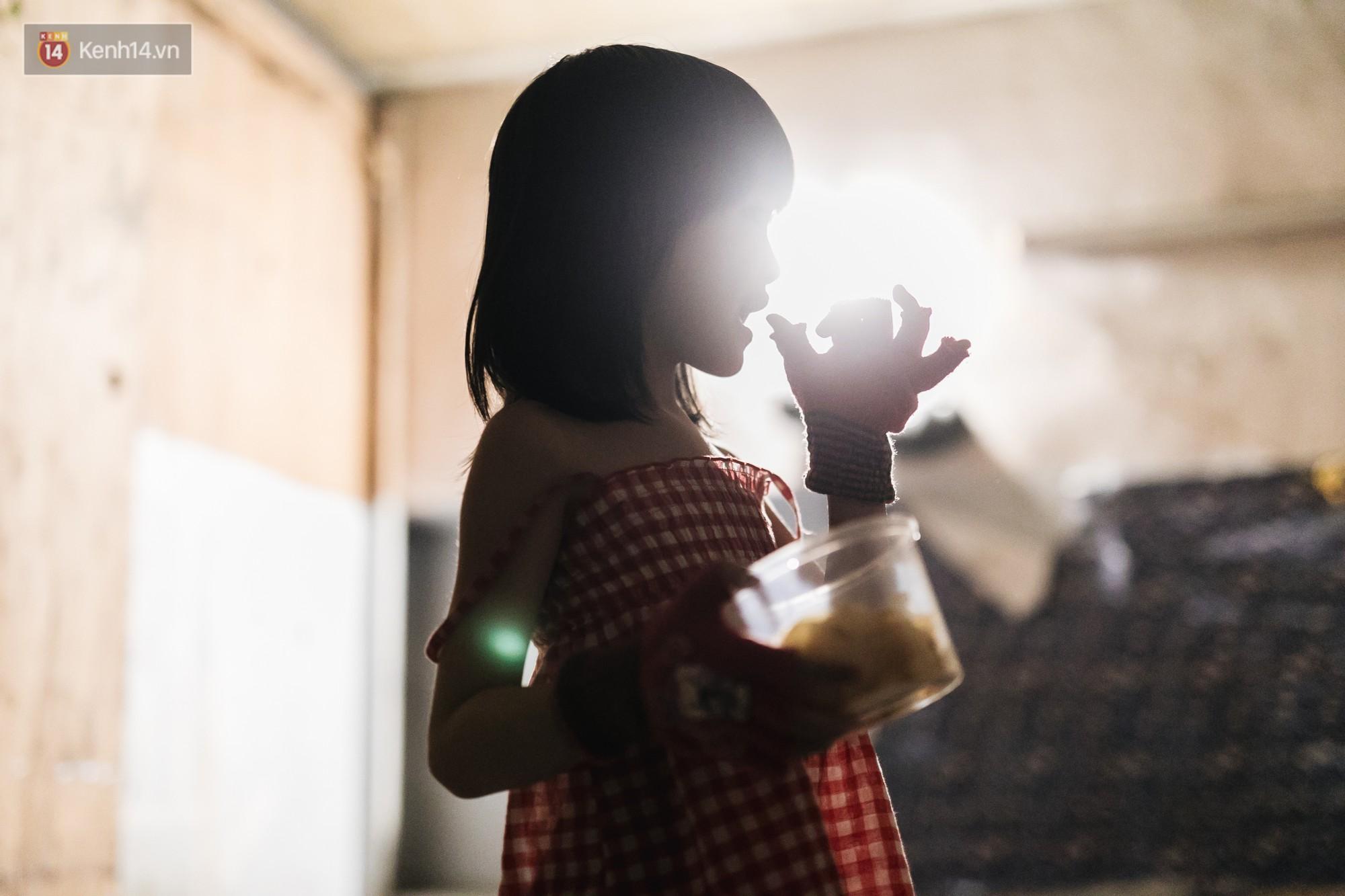 Bất ngờ nổi tiếng sau 1 đêm, bé gái 6 tuổi phối đồ chất ở Hà Nội trở về những ngày lang thang bán hàng rong cùng mẹ-5