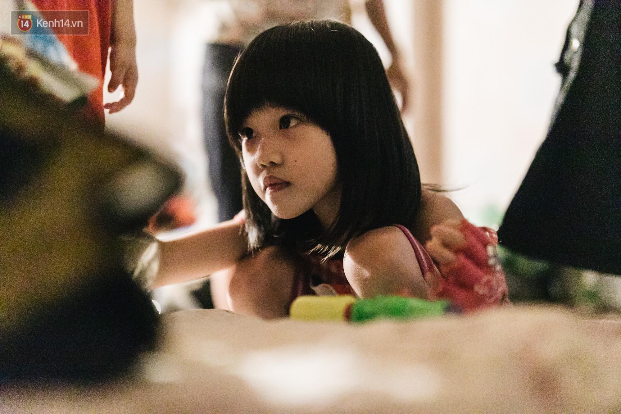 Bất ngờ nổi tiếng sau 1 đêm, bé gái 6 tuổi phối đồ chất ở Hà Nội trở về những ngày lang thang bán hàng rong cùng mẹ-8