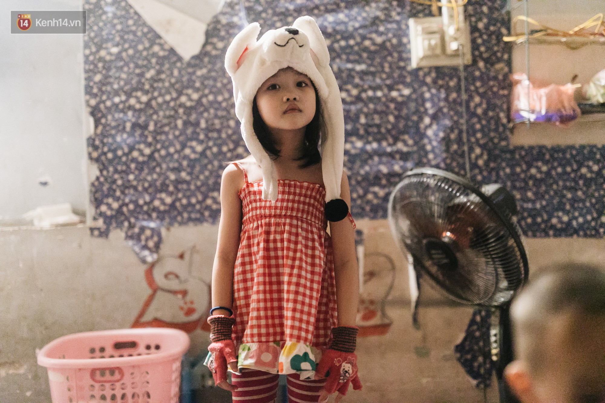 Bất ngờ nổi tiếng sau 1 đêm, bé gái 6 tuổi phối đồ chất ở Hà Nội trở về những ngày lang thang bán hàng rong cùng mẹ-9