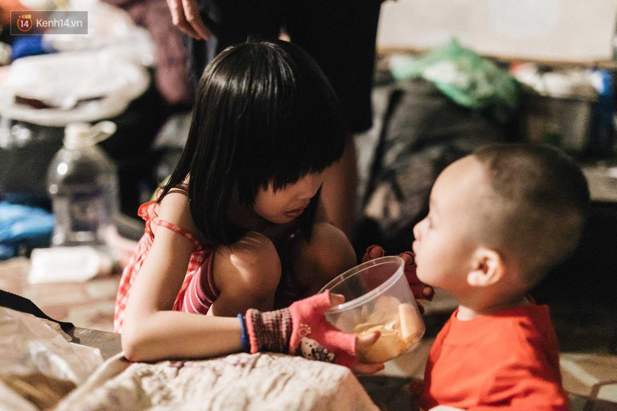 Bất ngờ nổi tiếng sau 1 đêm, bé gái 6 tuổi phối đồ chất ở Hà Nội trở về những ngày lang thang bán hàng rong cùng mẹ-13