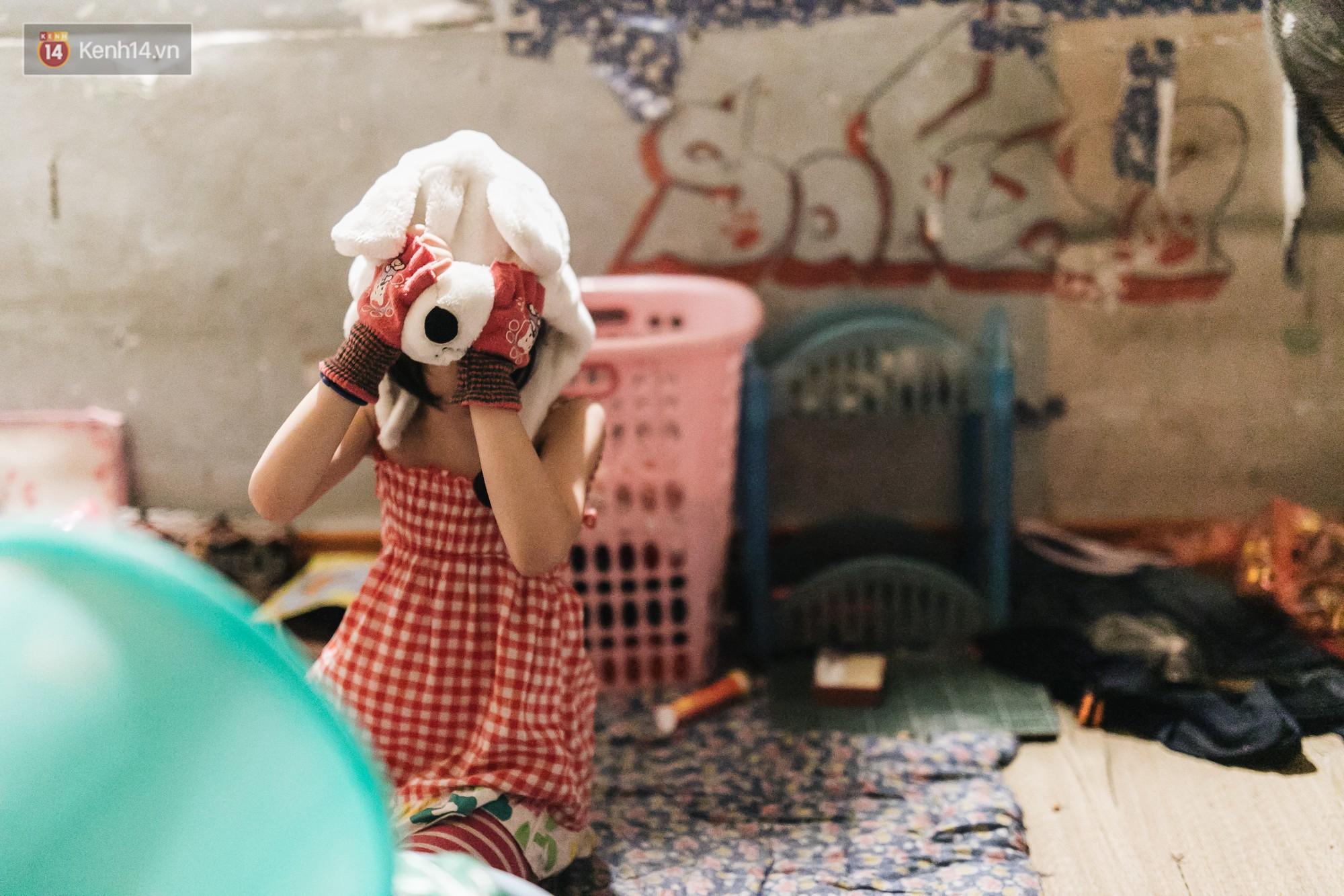Bất ngờ nổi tiếng sau 1 đêm, bé gái 6 tuổi phối đồ chất ở Hà Nội trở về những ngày lang thang bán hàng rong cùng mẹ-15