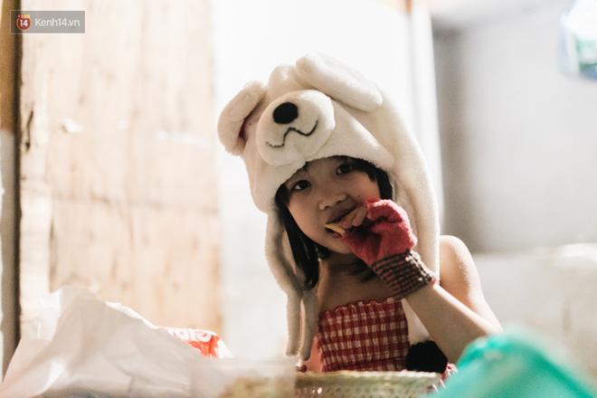 Bất ngờ nổi tiếng sau 1 đêm, bé gái 6 tuổi phối đồ chất ở Hà Nội trở về những ngày lang thang bán hàng rong cùng mẹ-16