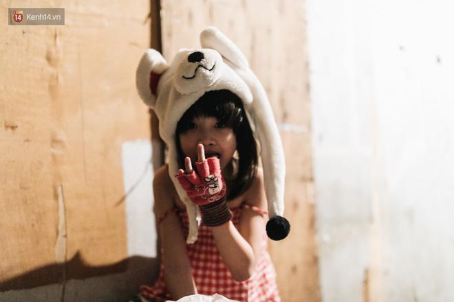 Bất ngờ nổi tiếng sau 1 đêm, bé gái 6 tuổi phối đồ chất ở Hà Nội trở về những ngày lang thang bán hàng rong cùng mẹ-17