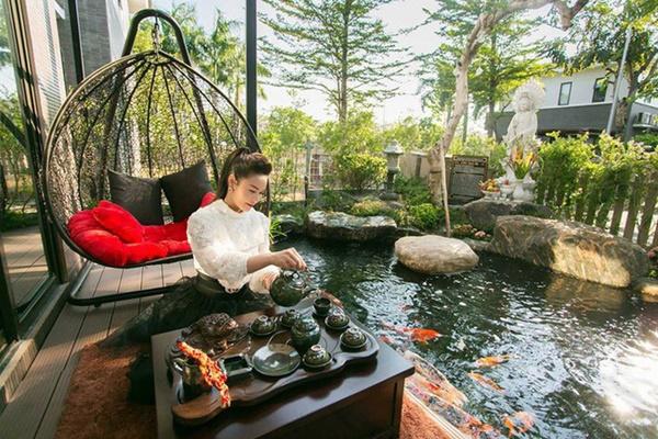 Ngắm biệt thự triệu đô bình yên với khu vườn rực rỡ sắc hoa cùng hồ cá Koi của Nhật Kim Anh giữa lòng Sài Gòn-3
