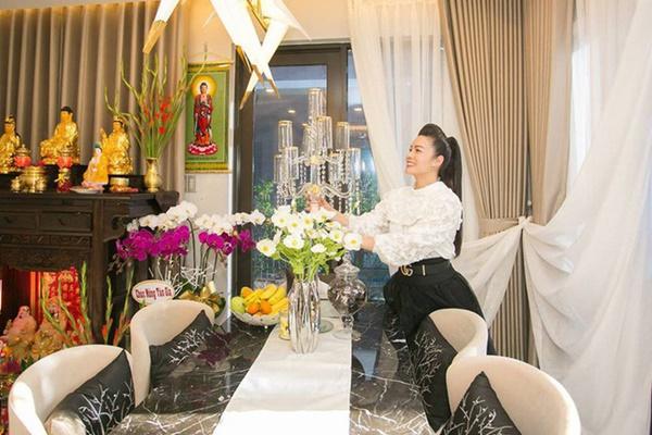 Ngắm biệt thự triệu đô bình yên với khu vườn rực rỡ sắc hoa cùng hồ cá Koi của Nhật Kim Anh giữa lòng Sài Gòn-13