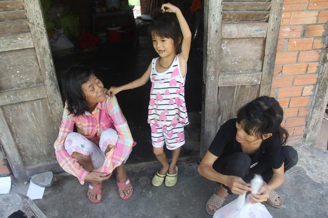 Mẹ khờ khạo sinh 2 con gái đều không biết bố là ai, nhìn bé út bao người xót xa-6