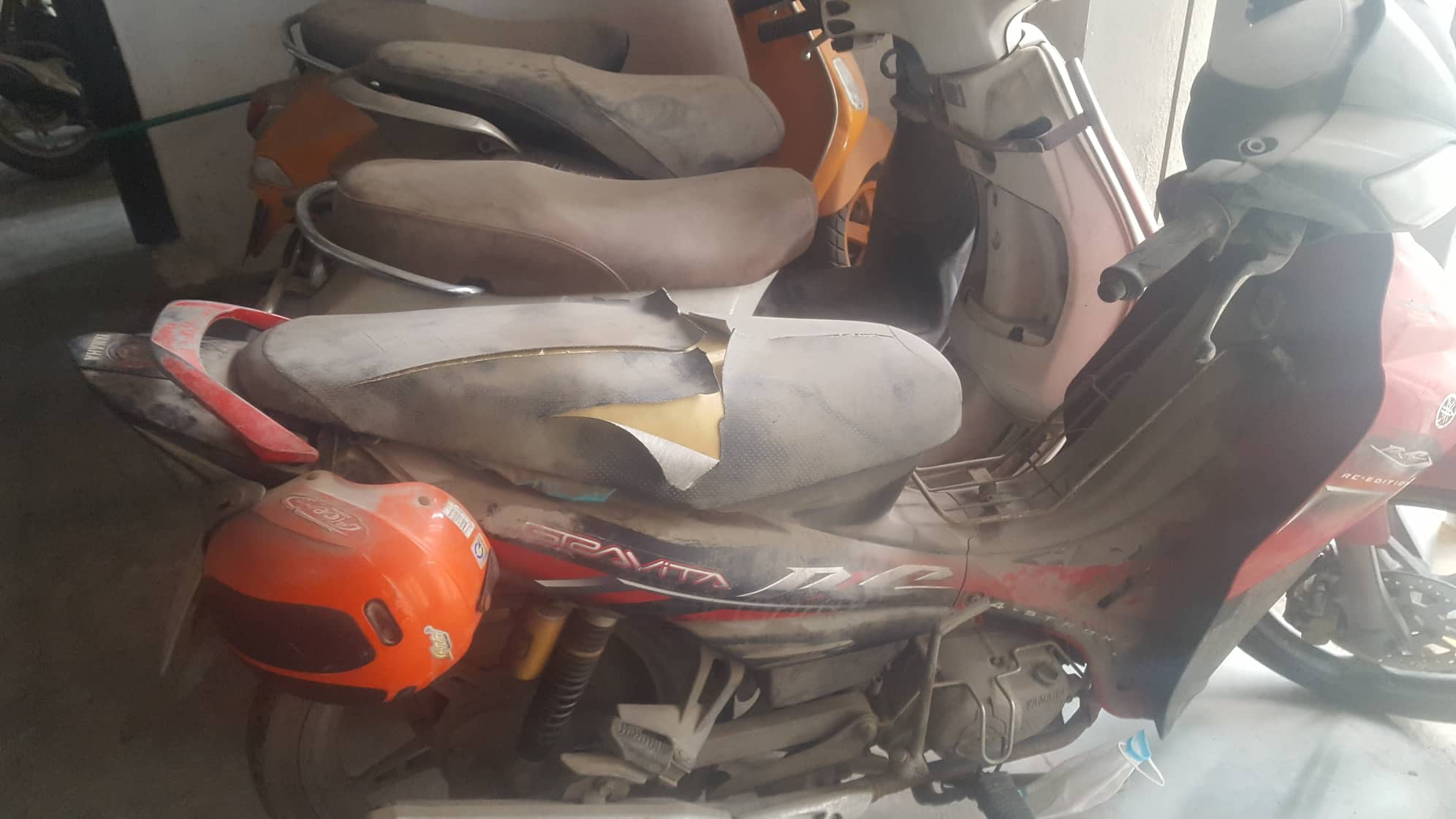 Hàng loạt xe máy để trong chung cư bị kẻ gian phá hoại-1