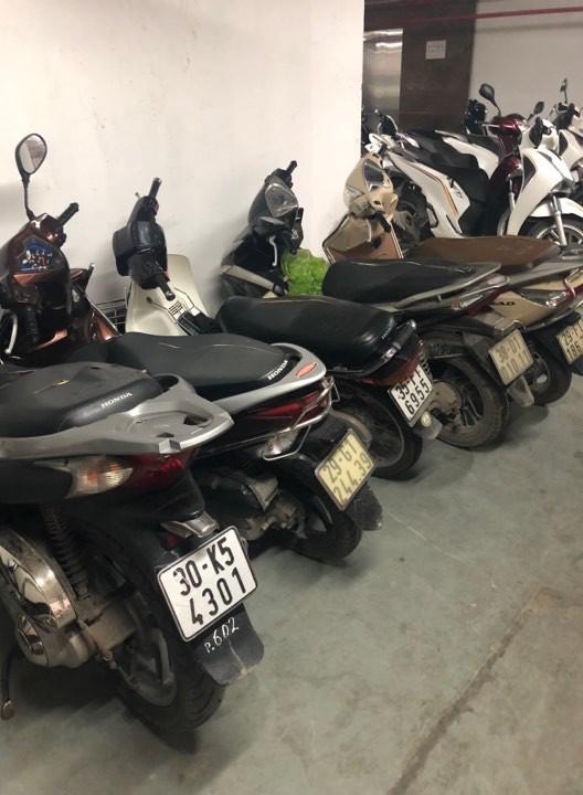 Hàng loạt xe máy để trong chung cư bị kẻ gian phá hoại-2