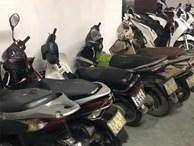 Hàng loạt xe máy để trong chung cư bị kẻ gian phá hoại