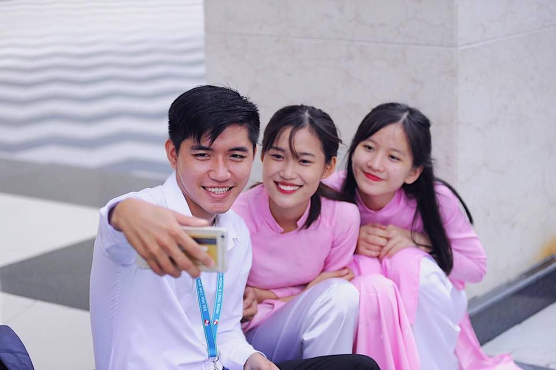 Chọn áo dài hồng làm đồng phục, nữ sinh trường Đại học này đang gây sốt bởi vì quá duyên dáng!-6