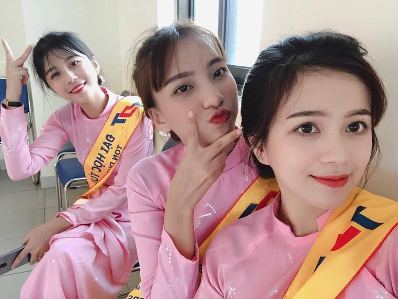 Chọn áo dài hồng làm đồng phục, nữ sinh trường Đại học này đang gây sốt bởi vì quá duyên dáng!-13