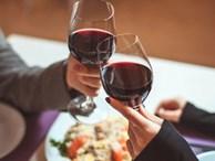 Chồng mời đồng nghiệp nữ đi ăn cùng dịp kỉ niệm ngày cưới, hành động trong bữa ăn lại càng khiến vợ trẻ nghi ngờ