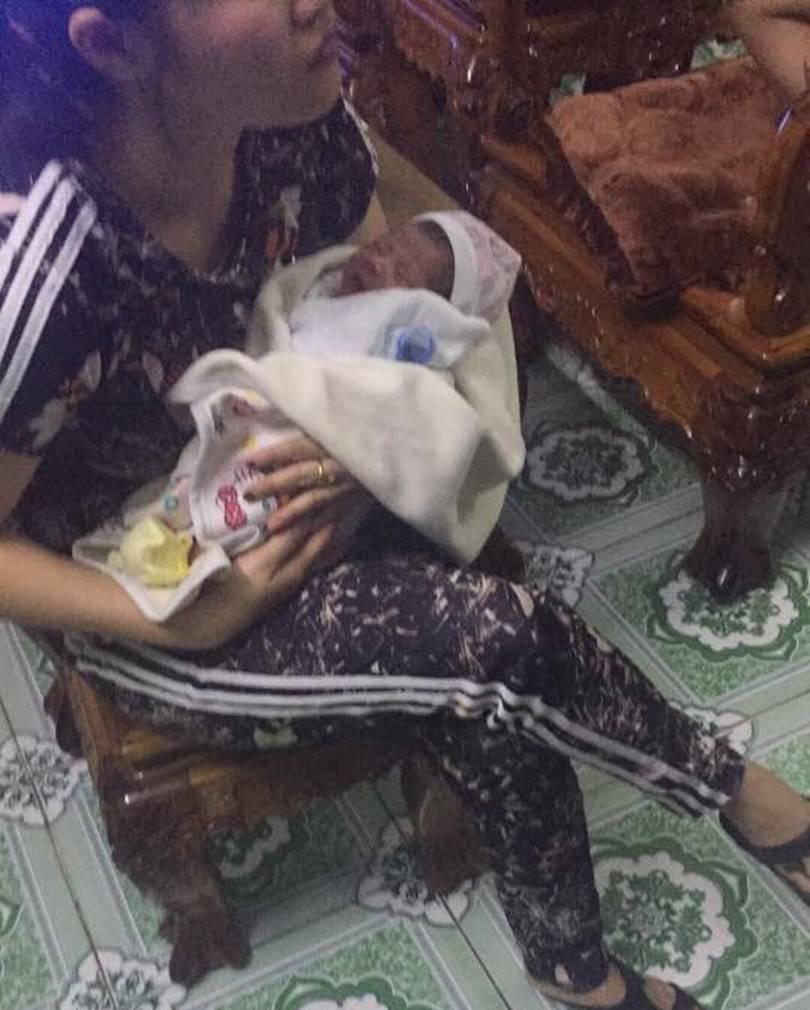 Quảng Ninh: Bé trai còn nguyên dây rốn bị mẹ bỏ trong thùng xốp, để gối đầu lên con dao-2