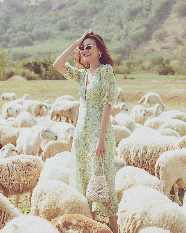 Váy hoa cỏ khoảng 300K lại trở thành hot trend mùa hè, Ngọc Trinh, Hương Giang dẫn đầu xu hướng-3