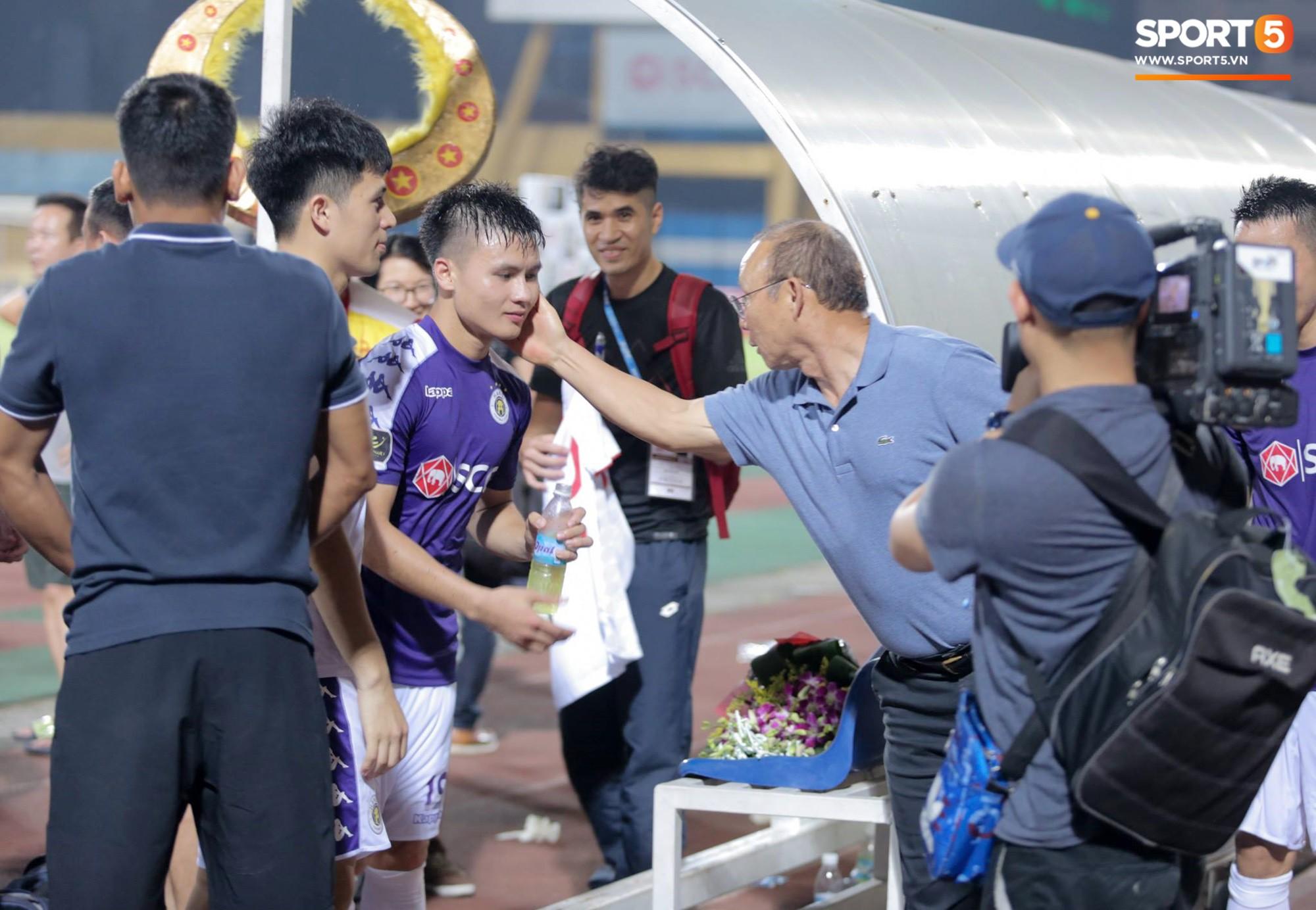 HLV Park Hang Seo xuống sân chúc mừng trò cưng Quang Hải sau màn trình diễn tuyệt vời-3