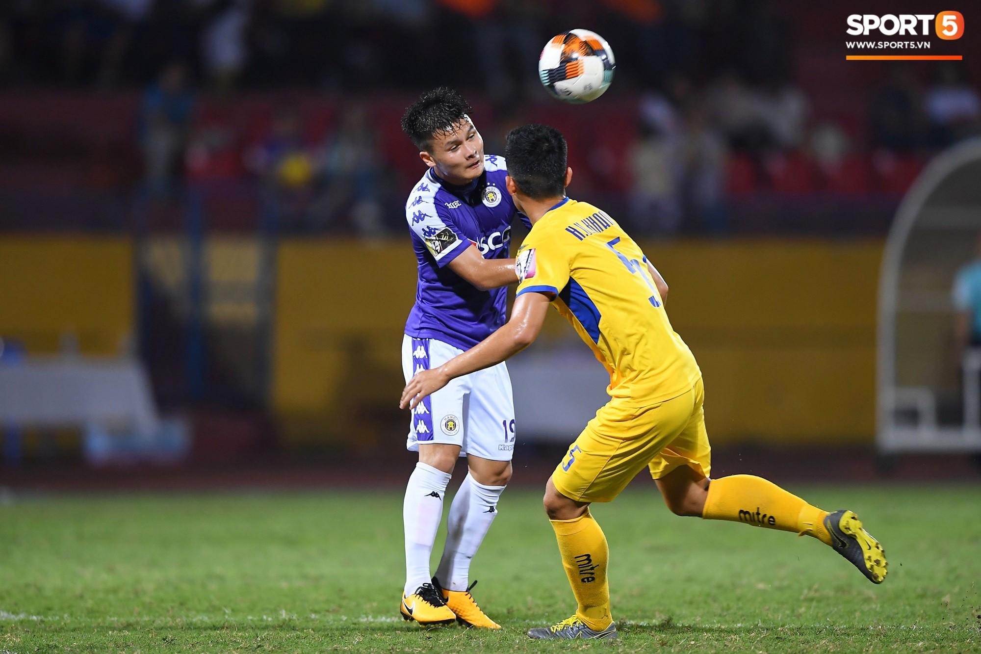 HLV Park Hang Seo xuống sân chúc mừng trò cưng Quang Hải sau màn trình diễn tuyệt vời-2