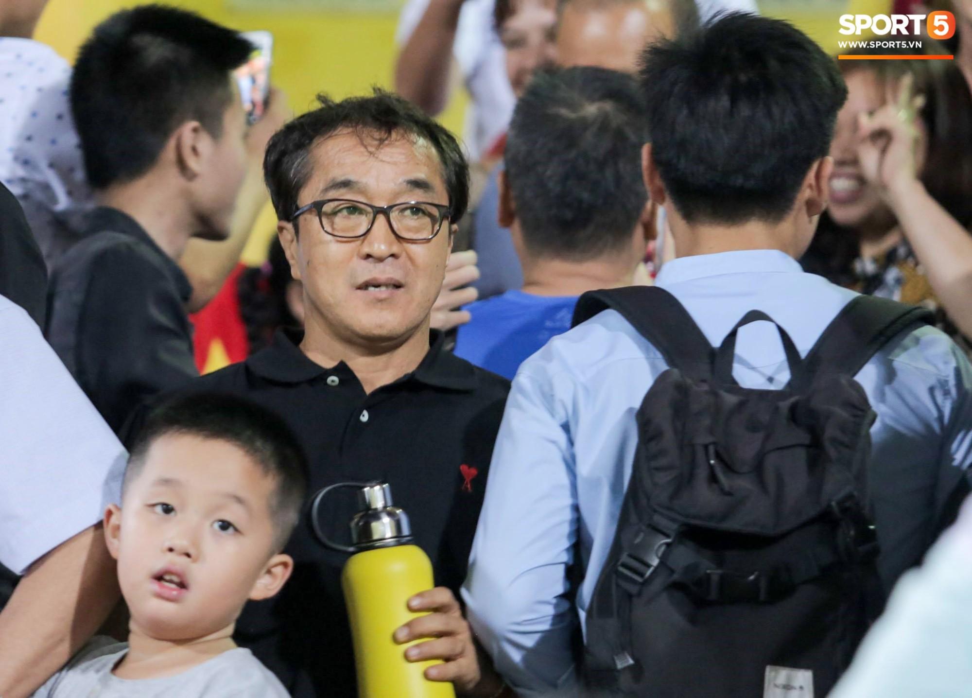 HLV Park Hang Seo xuống sân chúc mừng trò cưng Quang Hải sau màn trình diễn tuyệt vời-5