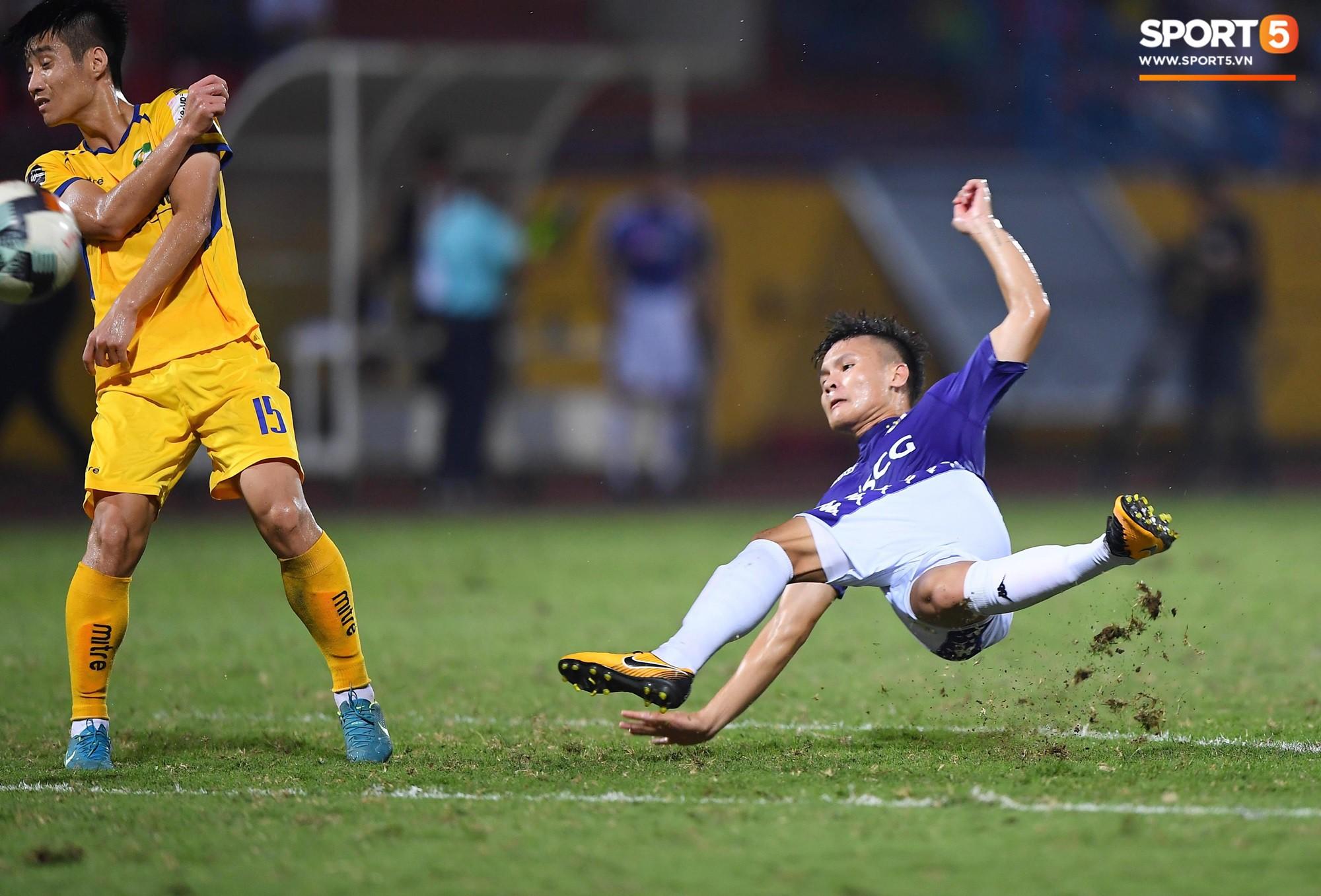HLV Park Hang Seo xuống sân chúc mừng trò cưng Quang Hải sau màn trình diễn tuyệt vời-1