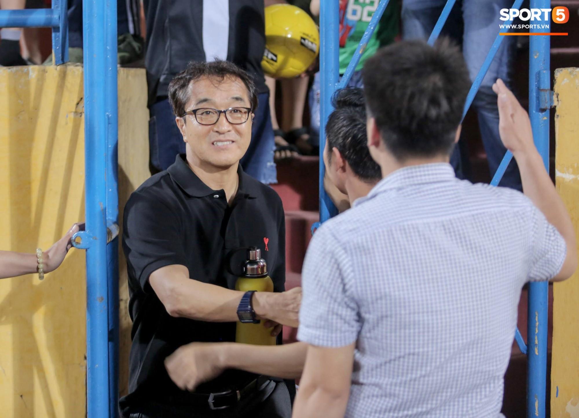 HLV Park Hang Seo xuống sân chúc mừng trò cưng Quang Hải sau màn trình diễn tuyệt vời-7