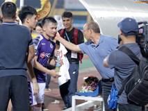 HLV Park Hang Seo xuống sân chúc mừng trò cưng Quang Hải sau màn trình diễn tuyệt vời