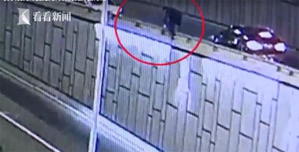 Hành động ngỡ ngàng của người đàn ông sau khi bỏ vợ con lại để trốn cảnh sát-1