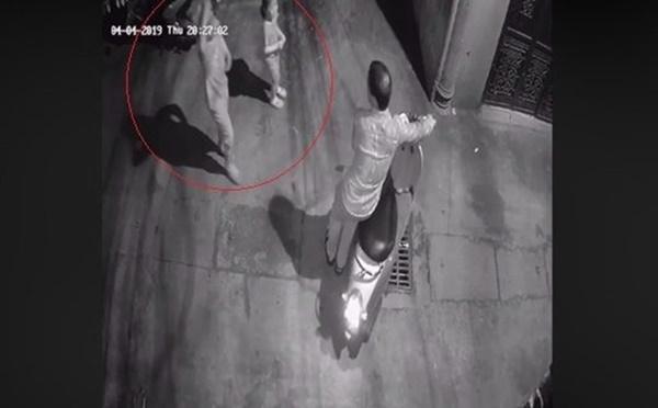 Nghi vấn bé gái bị người đàn ông dâm ô trong hẻm tối ở Hà Nội: Công an vào cuộc trích xuất camera-1