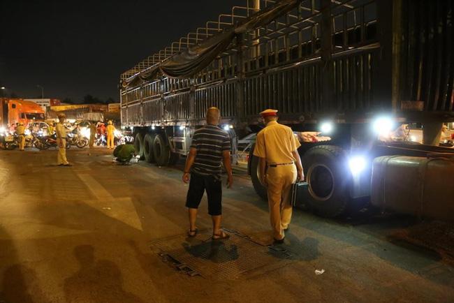 Tai nạn kinh hoàng, 2 cụ già bị kéo lê trên đường rồi cuốn vào gầm xe tải tử vong-1