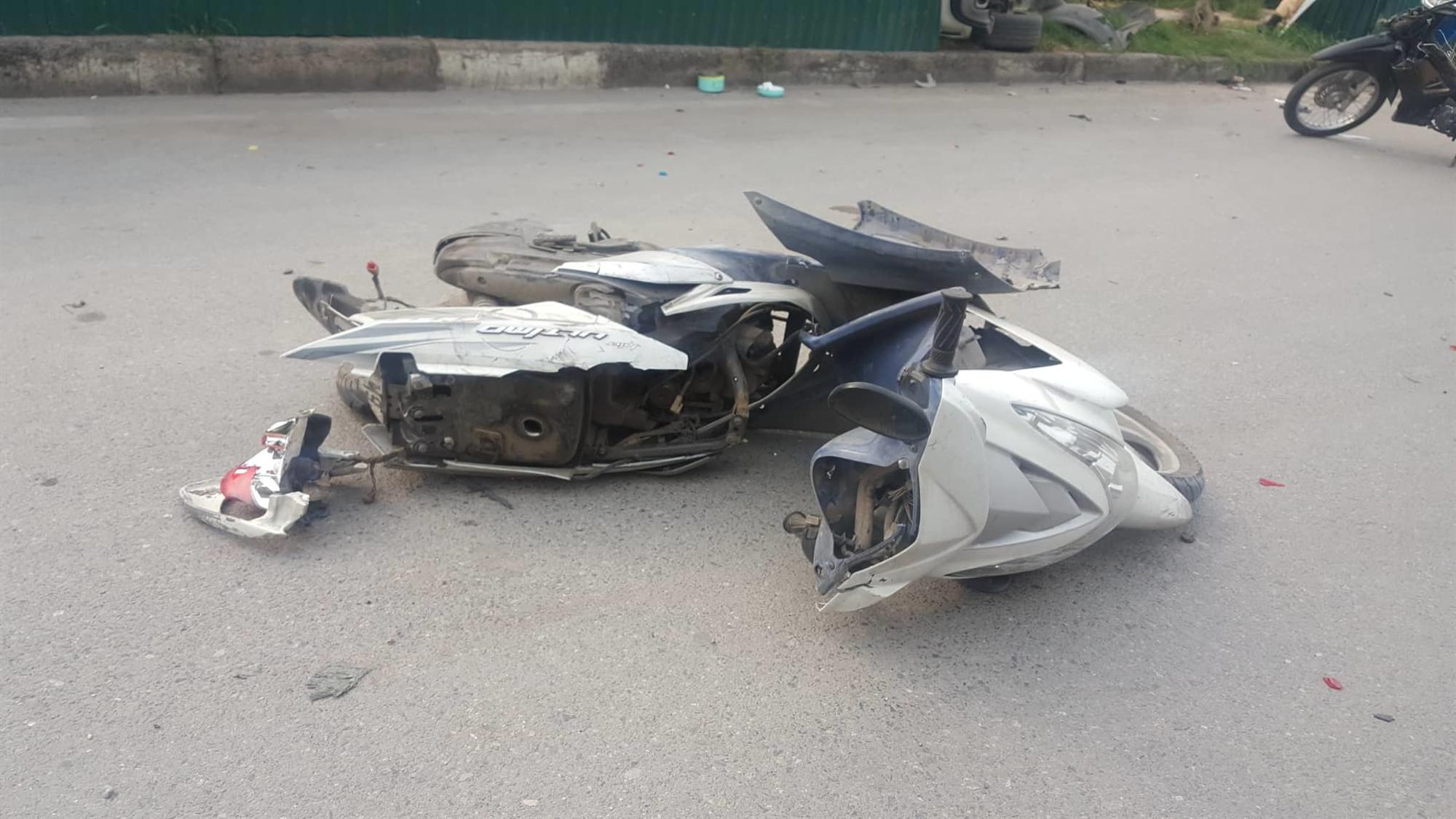 Nữ tài xế Mercedes mất lái đâm hàng loạt xe máy khiến 3 nạn nhân bị thương, nhiều người hoảng loạn-1