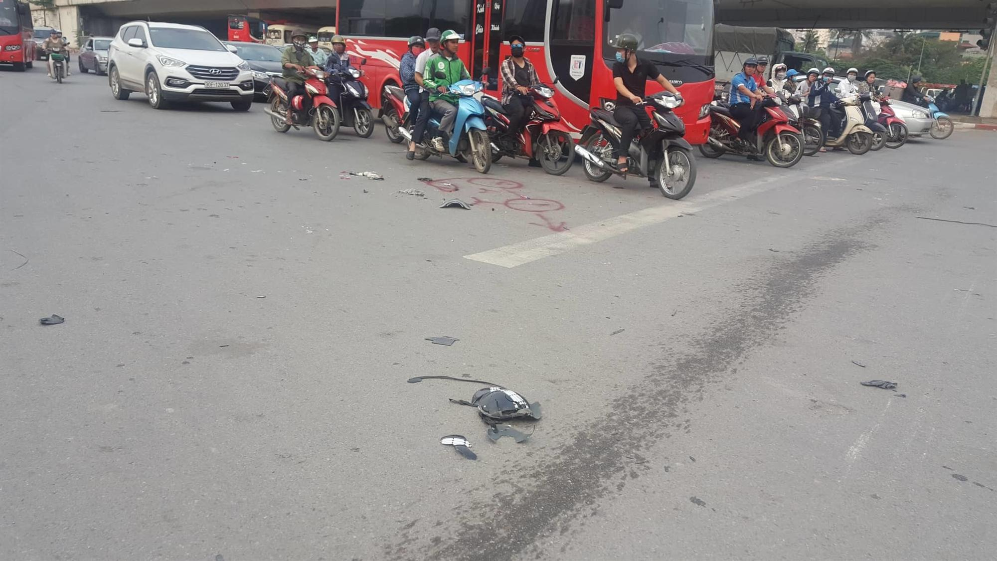 Nữ tài xế Mercedes mất lái đâm hàng loạt xe máy khiến 3 nạn nhân bị thương, nhiều người hoảng loạn-4