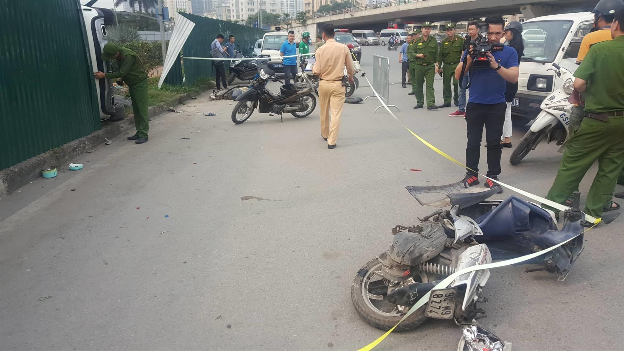 Nữ tài xế Mercedes mất lái đâm hàng loạt xe máy khiến 3 nạn nhân bị thương, nhiều người hoảng loạn-5
