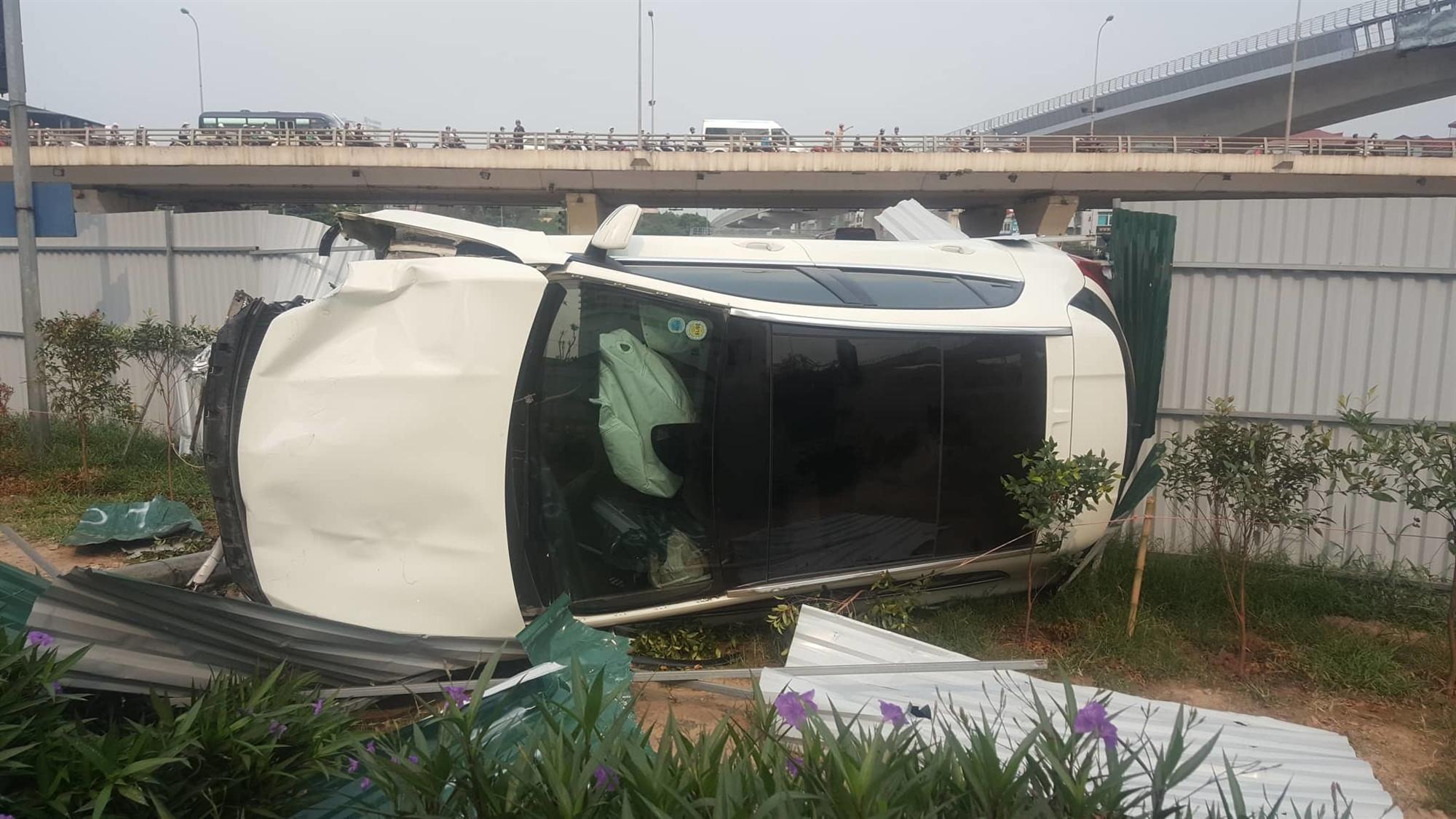 Nữ tài xế Mercedes mất lái đâm hàng loạt xe máy khiến 3 nạn nhân bị thương, nhiều người hoảng loạn-6